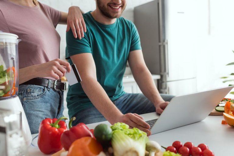 Uno de cada 10 hogares solicita comida a domicilio día a día en Latinoamérica