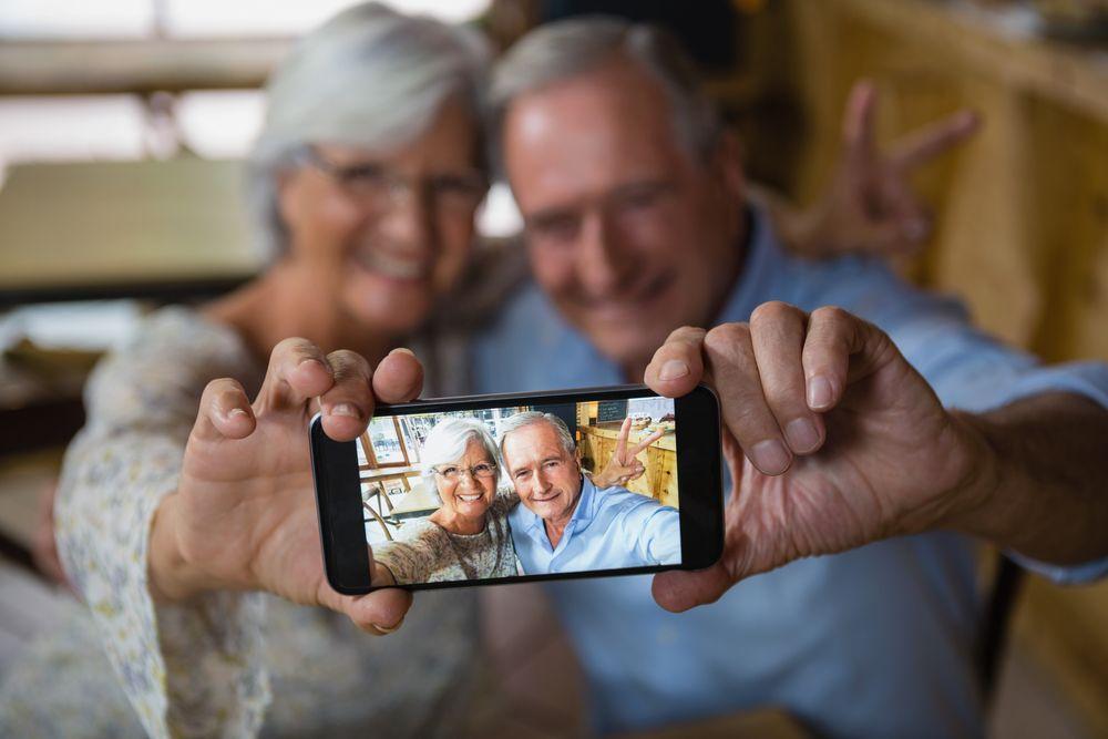 Así consumen los medios digitales los adultos mayores en Colombia