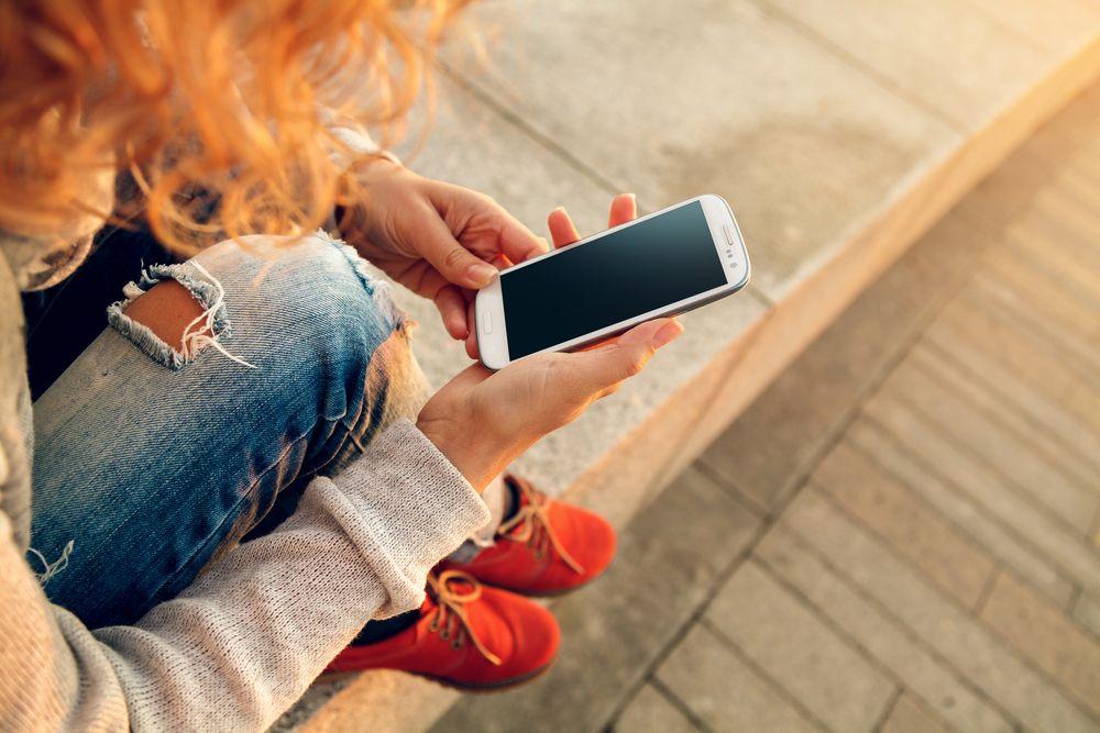 7 de cada 10 jóvenes colombianos revisan su celular antes de levantarse de la cama